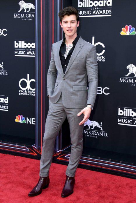 Shawn Mendes con ligero tacón