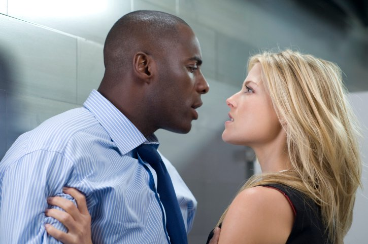 fotografía de la película 'Obsessed' en donde una mujer rubia le reclama aun hombre negro dentro de un baño