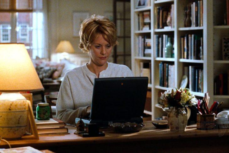 Escena de la película 'You got a mail' donde la protagonista escribe un correo en su computadora portatil