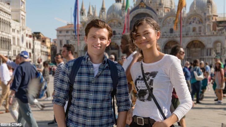 Tom Holland y Zendaya en una plaza con un castillo de fondo