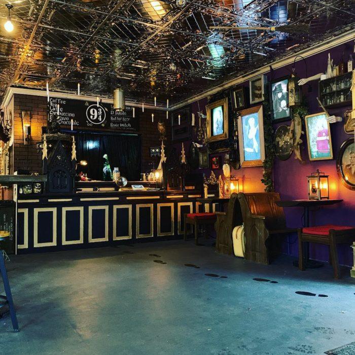 Entrada a la cafetería Steamy Hallows inspirada en Harry Potter