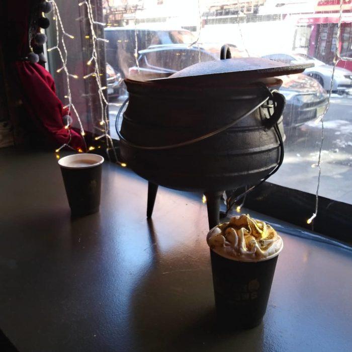 Caldero pequeño inspirado en Harry Potter dentro de la cafetería Steamy Hallow