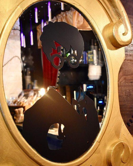Espejo con rotulado de Harry Potter en la cafetería Steamy Hallow