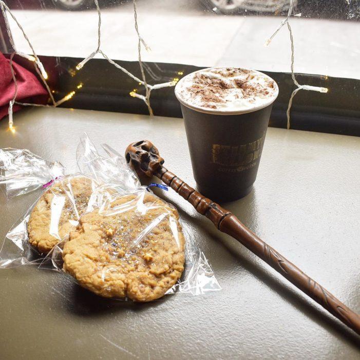 Galletas de avena y café de la cafetería Steamy Hallow