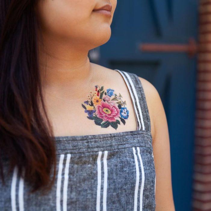 Chica con un tatuaje temporal de Tessa Perlow con efecto bordado