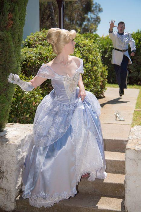 Mandy Pursley recrea en un jardín la escena de Cenicienta cuando escapa del príncipe dejando su zapato en la escalera