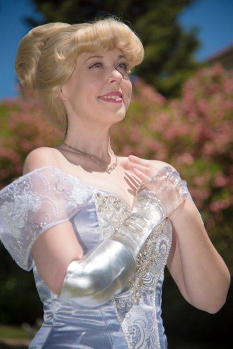 Mandy Pursley disfrazada de Cenicienta con una prótesis de cristal en su brazo derecho