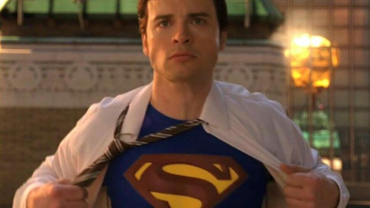 Tom Welling en una escena de Smallville cuando se abre la camisa y se ve su traje de Superman
