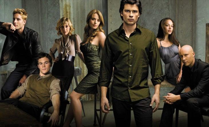 los personajes de Smallville con Tom Welling al centro