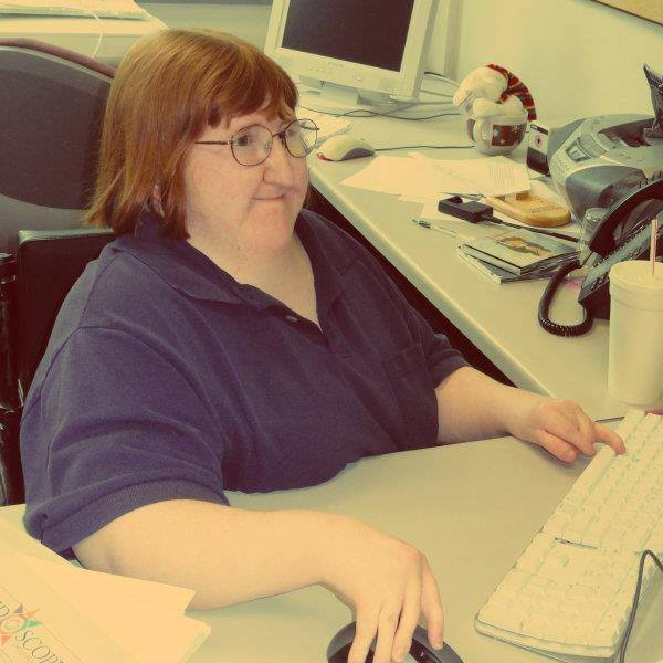 Melissa Blake escribiendo en una computadora en una oficina