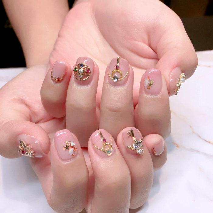 Manicura de Sailor Moon; uñas pintadas de cetro lunar de Serena Tsukino