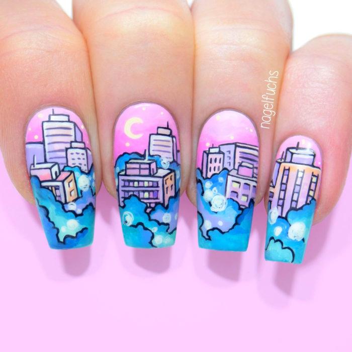 Manicura de Sailor Moon; uñas pintadas de rosa con diseño de la ciudad de Serena Tsukino