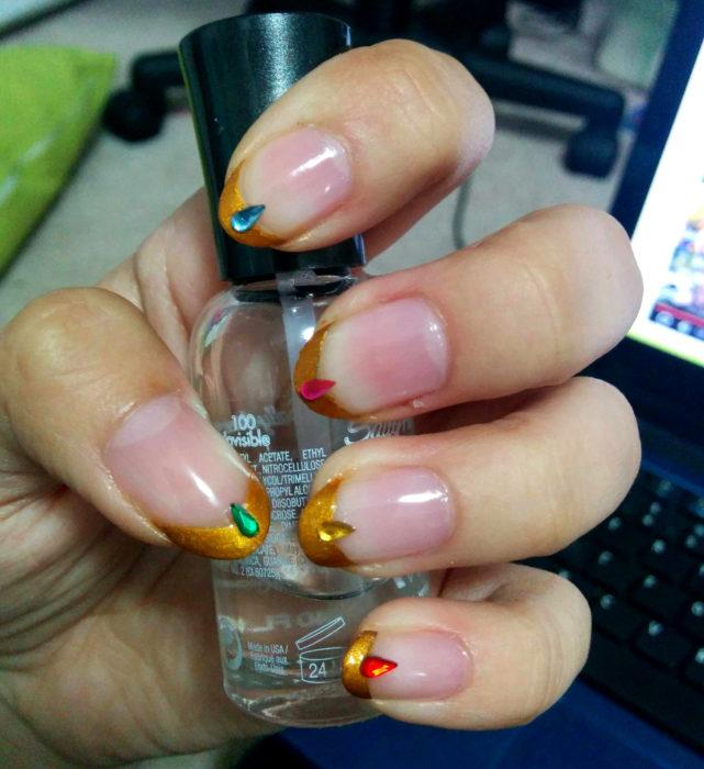 Manicura de Sailor Moon; uñas francesas pintadas de las tiaras de las Sailor Scouts