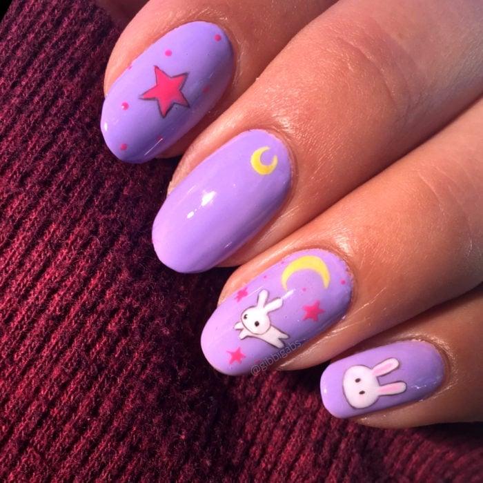 Manicura de Sailor Moon; uñas pintadas de morado con conejos tiernos de colcha de Serena Tsukino