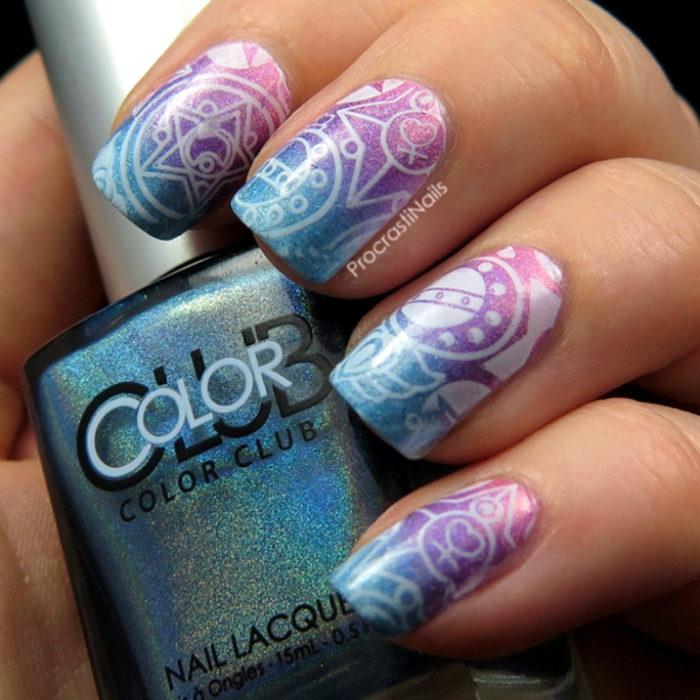 Manicura de Sailor Moon; uñas pintadas de morado, rosa y azul