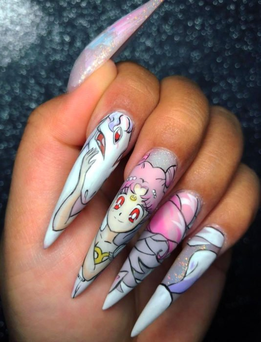 Manicura de Sailor Moon; uñas largas stiletto pintadas de Sailor Chibimoon