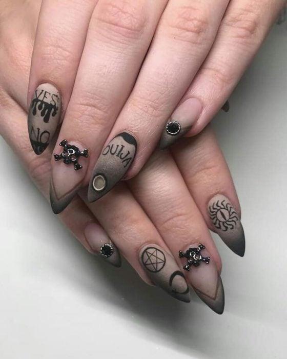 Uñas con manicura estilo bruja para Halloween; tabla ouija; stiletto