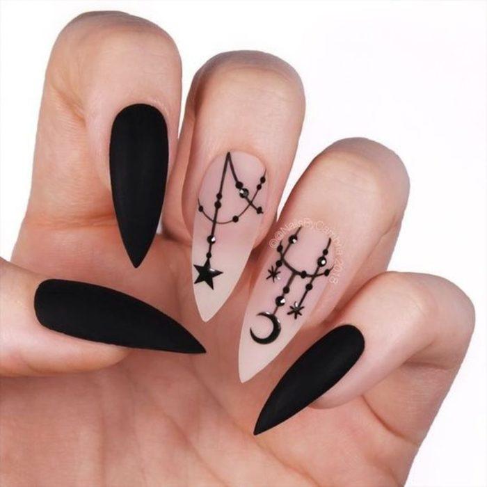 Uñas con manicura estilo bruja para Halloween; negras con luna y estrella; stiletto