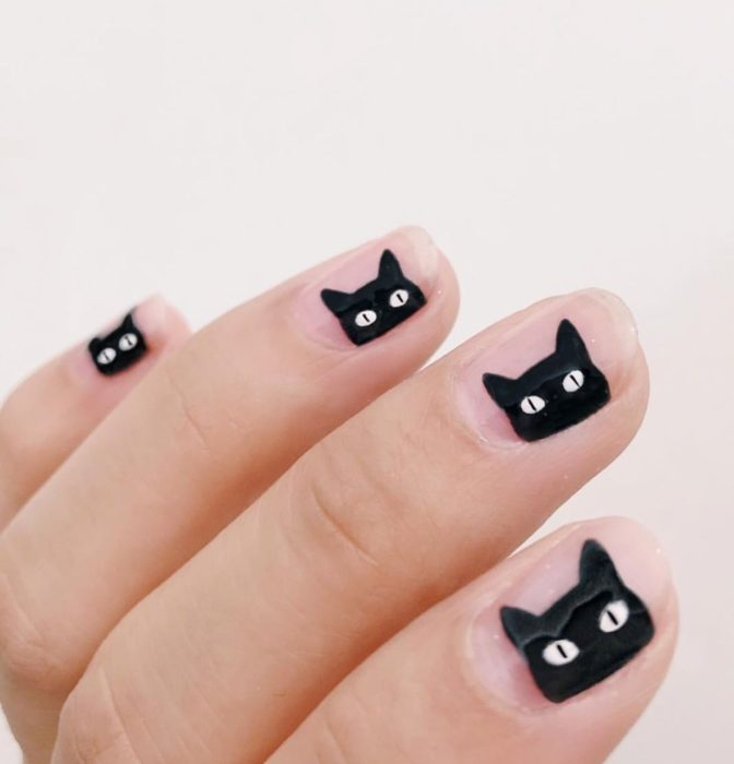 Uñas con manicura estilo bruja para Halloween; transparentes gatos negros