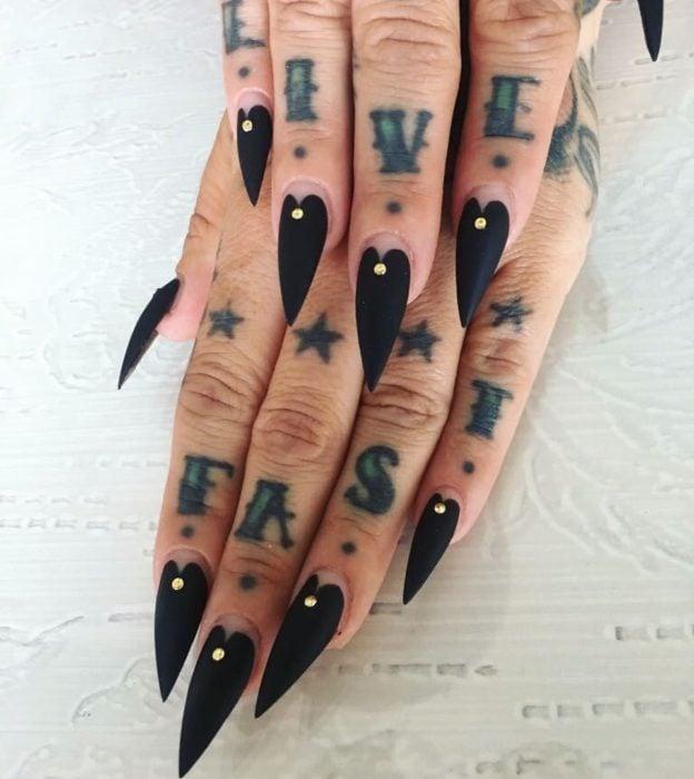 Uñas con manicura estilo bruja para Halloween; negras con forma de puntero de ouija; stiletto