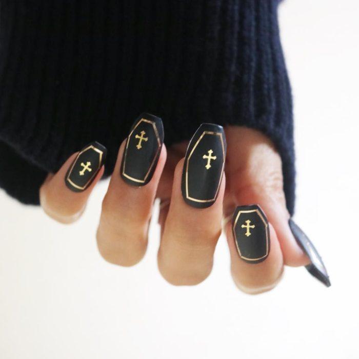 Uñas con manicura estilo bruja para Halloween; en forma de ataúd