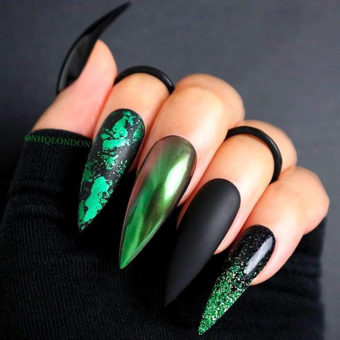 Uñas con manicura estilo bruja para Halloween; negras y verde escarabajo; stiletto