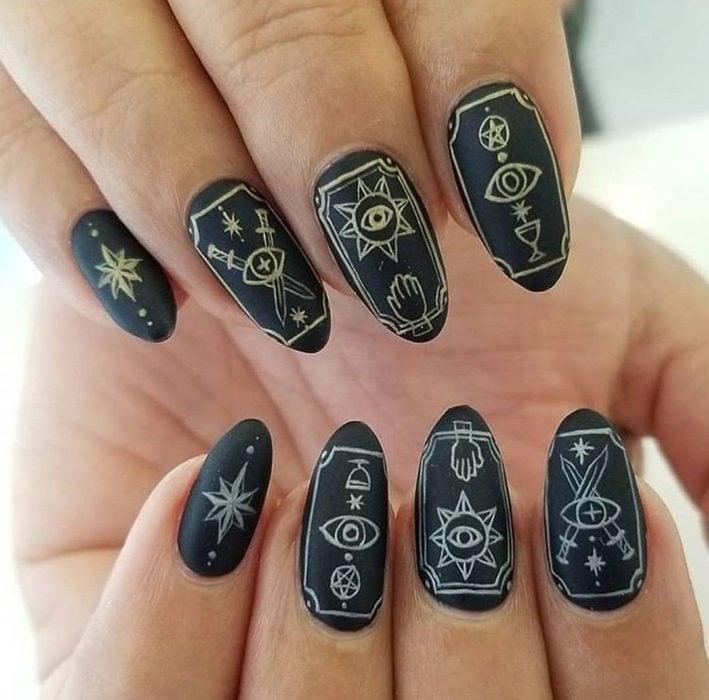 Uñas con manicura estilo bruja para Halloween; cartas del tarot