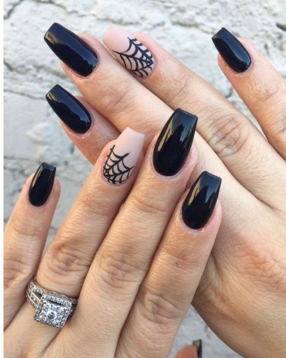 Uñas con manicura estilo bruja para Halloween; negras con telarañas