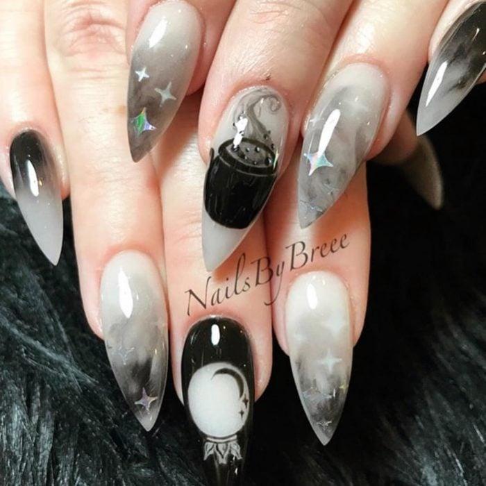 Uñas con manicura estilo bruja para Halloween; blancas con caldero y bola de cristal; stiletto