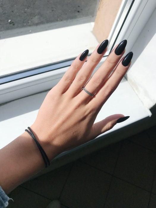 Uñas color negro sólido en forma de almendra