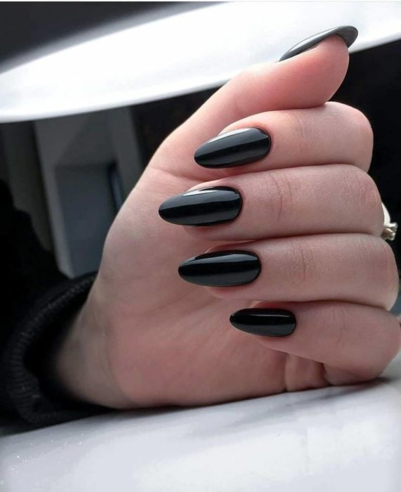 Uñas largas en forma de almendra color negro brillante