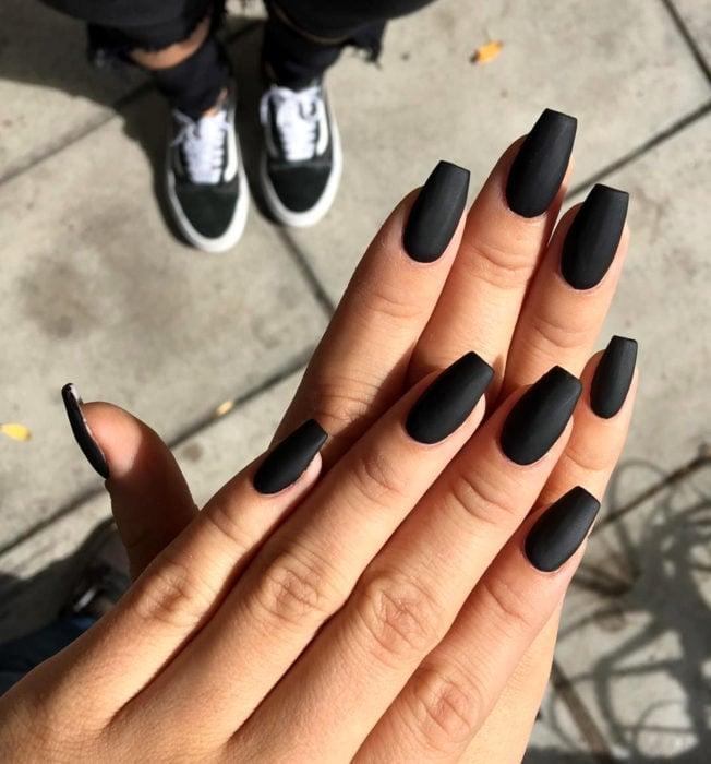 Uñas color negro mate en forma cuadrada