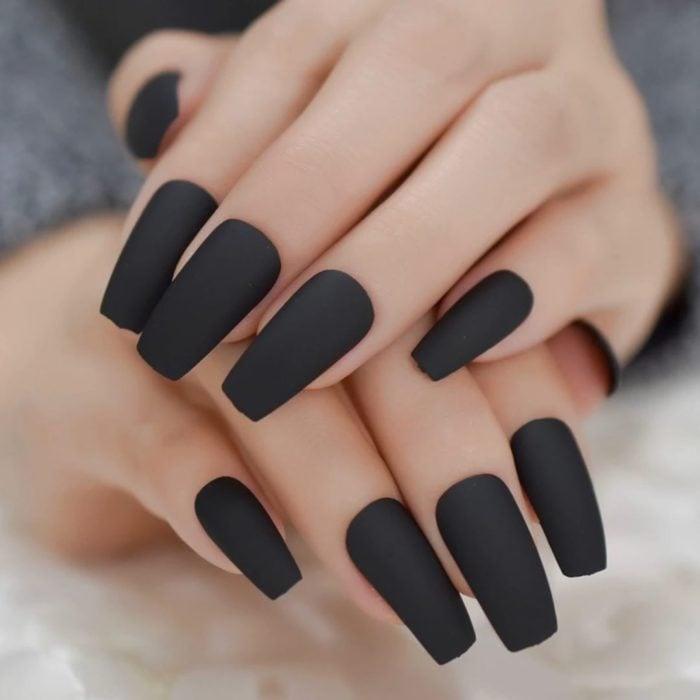 Uñas largas color negro mate en forma cuadrada