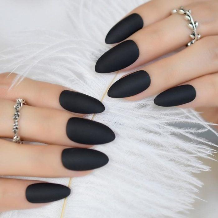 Uñas largas color negro mate en forma de almendra