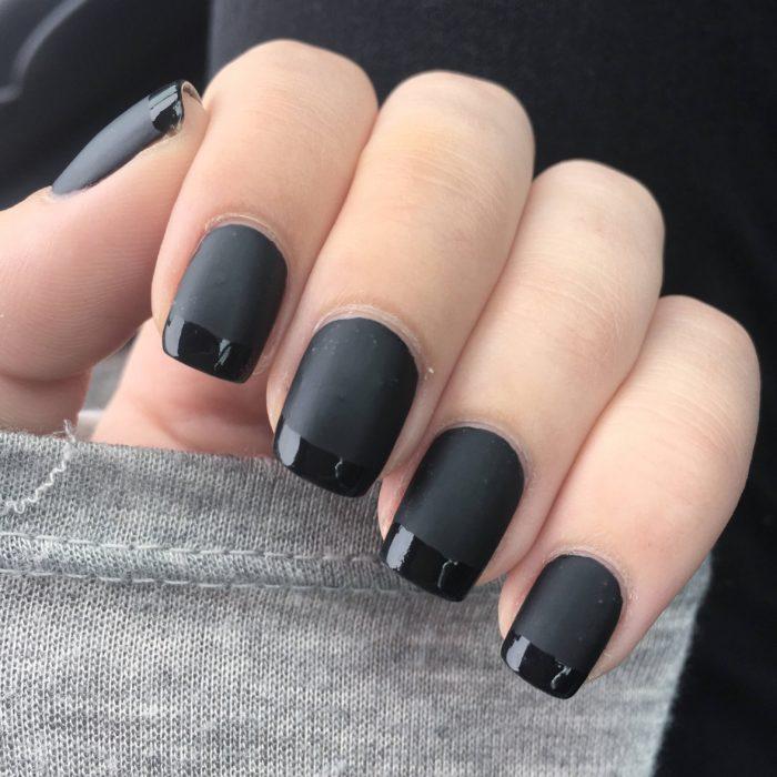 Uñas cortas color negro mate con manicura francesa