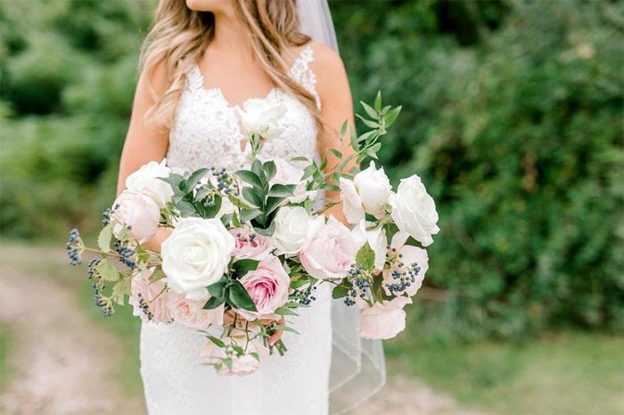 La novia Morgan Mackley con el ramo en la mano