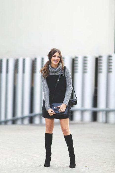 Chica usando un vestido pichi mientras está parada en una sesión de fotografías
