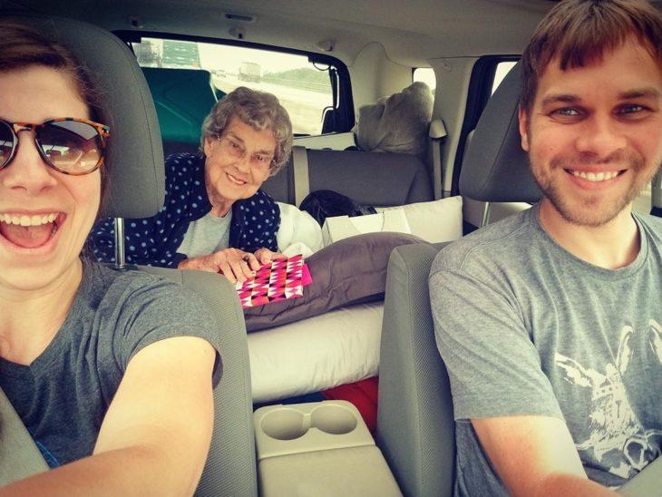 Joy y su nieto Brad en el coche con una joven que los acompaña en el asiento delantero