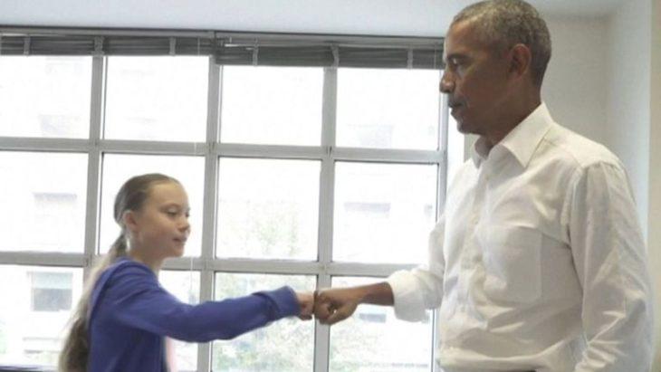 Greta Thunberg le da la mano a Obama durante su reunión