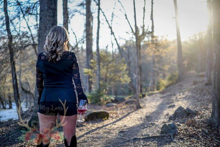 Marie Lollis de espaldas viendo hacia un sendero en un bosque
