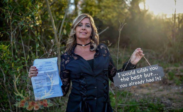 Marie Lollis sostiene en una mano sus documentos de divorcio y en la otra un letrero
