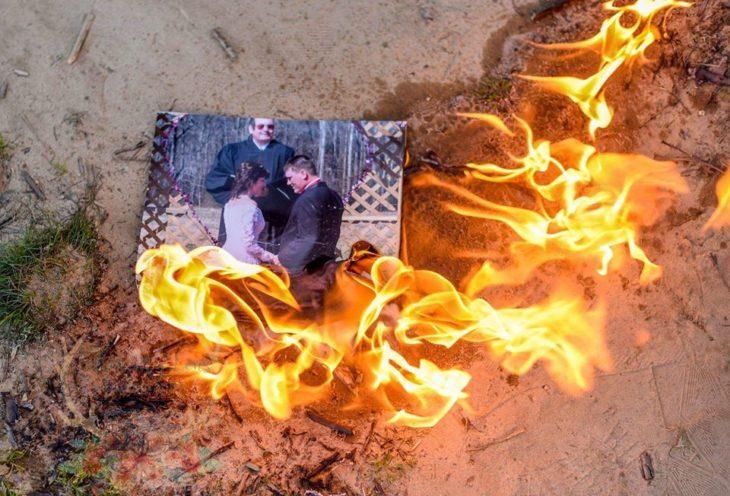 una foto de matrimonio quemándose