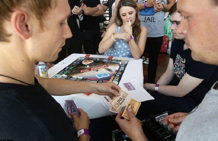 un grupo de jóvenes jugando Monopoly