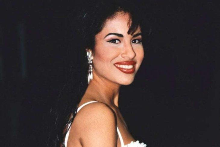 Cantante Selena sonriendo para una fotografía