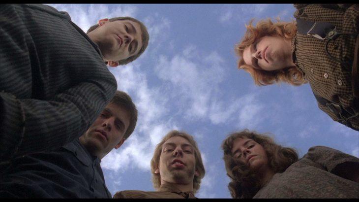 una toma contra picada de los actores en la película 'Los chicos del maíz'