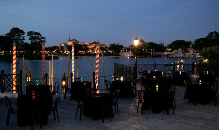 Italia Isola en Disney World Florida, una vista de noche hacia el lago