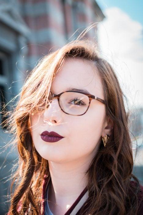 Mujer con labial en color vino