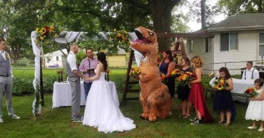 Dama de honor se disfraza de dinosaurio en la boda de su hermana