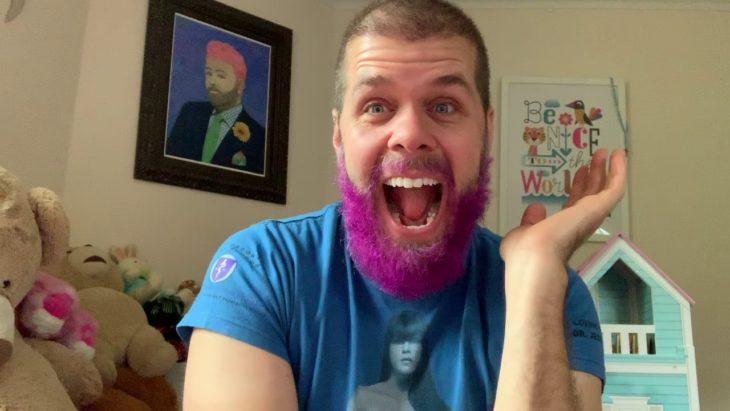 Perez Hilton con barba morada