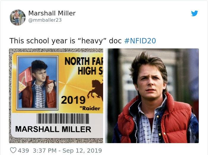 Chico en su foto de credencial escolar disfrazado de McFly, Volver al futuro